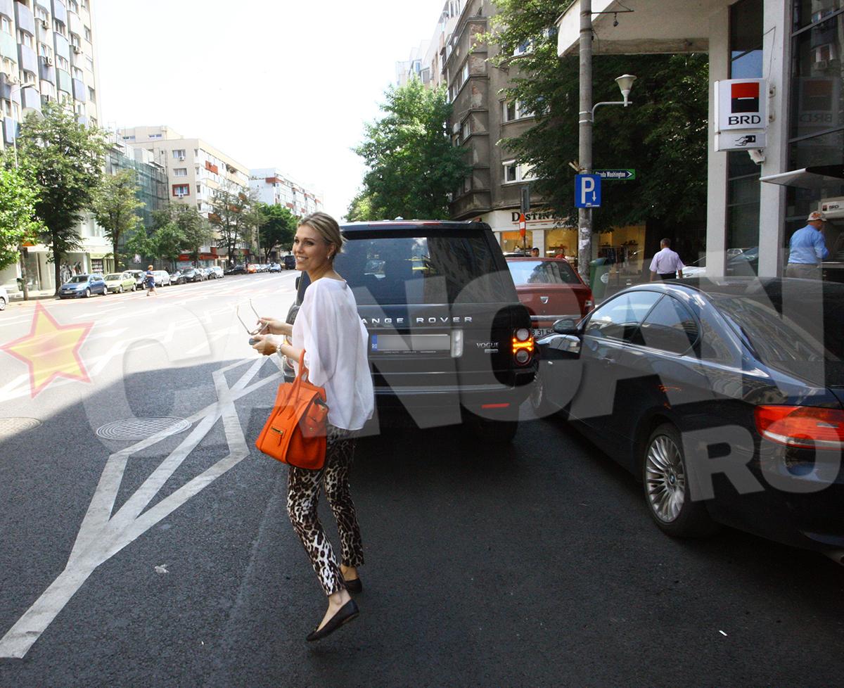Cristina a parcat neregulamentar si si-a lasat masina pe avarii