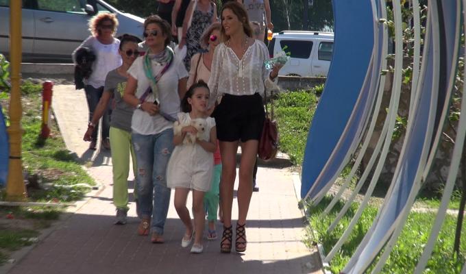 Bune prietene, Denisa Nechifor si Anamaria Prodan au mers la mare la imperuna cu copiii
