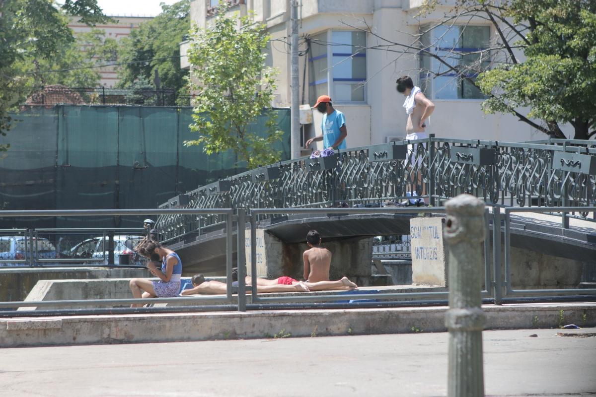 Mai multi tineri se balacesc in apa raului Dambovita