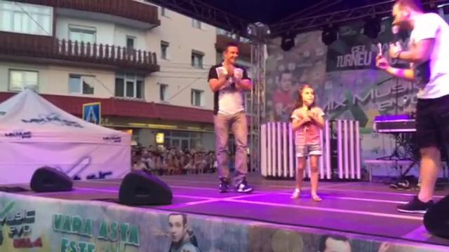 Micuta Maria a cantat in fata a sute de spectatori