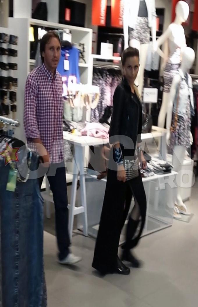 In weekend, Crina Abrudan si Gabi Popescu au petrecut cateva ore intr-un mall din Capitala. Vedeta a slabit considerabil in ultima perioada