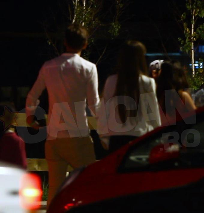 Cei doi s-au luat de mana si si-au continuat drumul prin parcarea clubului