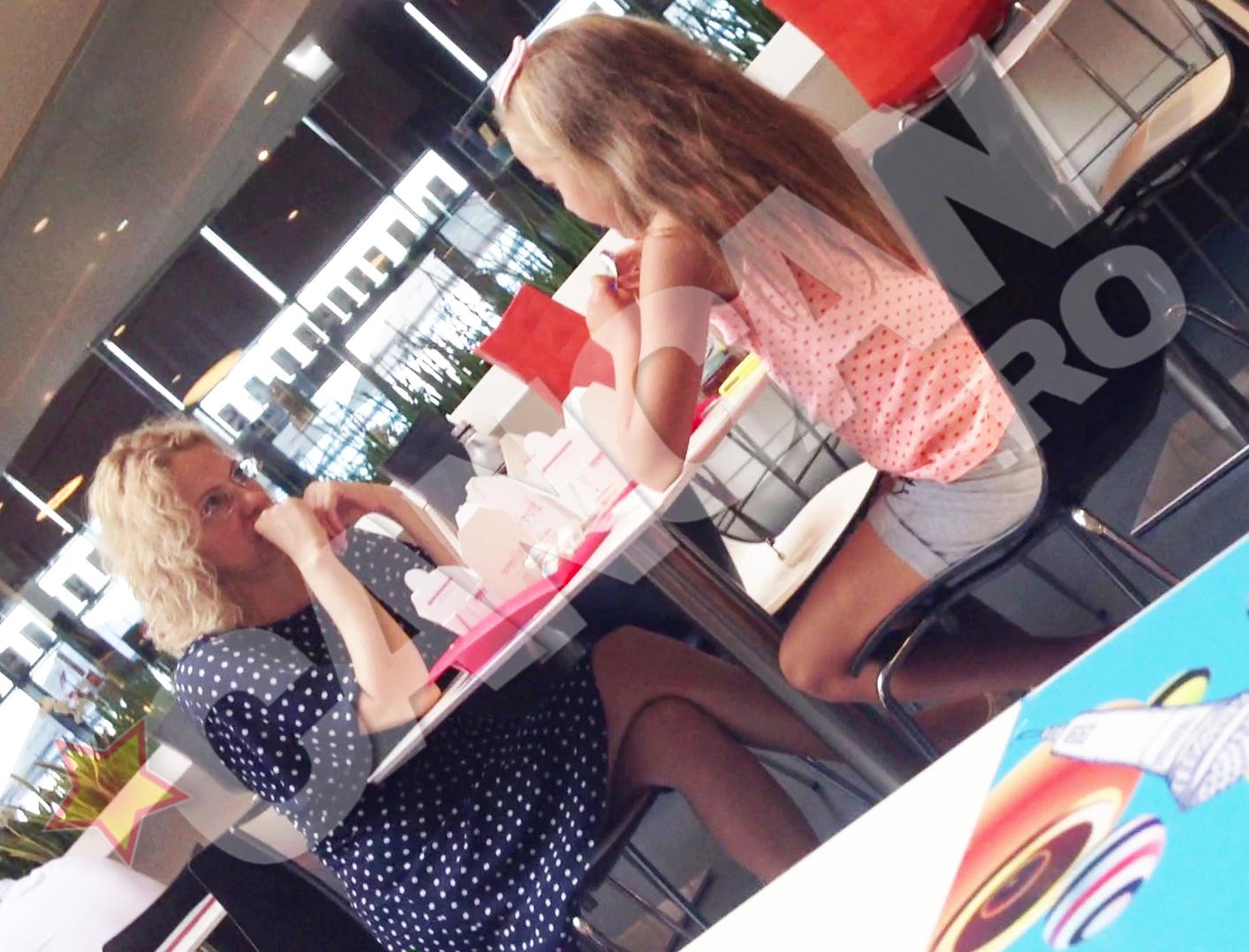 Mama si fiica au luat pranzul la un restaurant chinezesc din mall