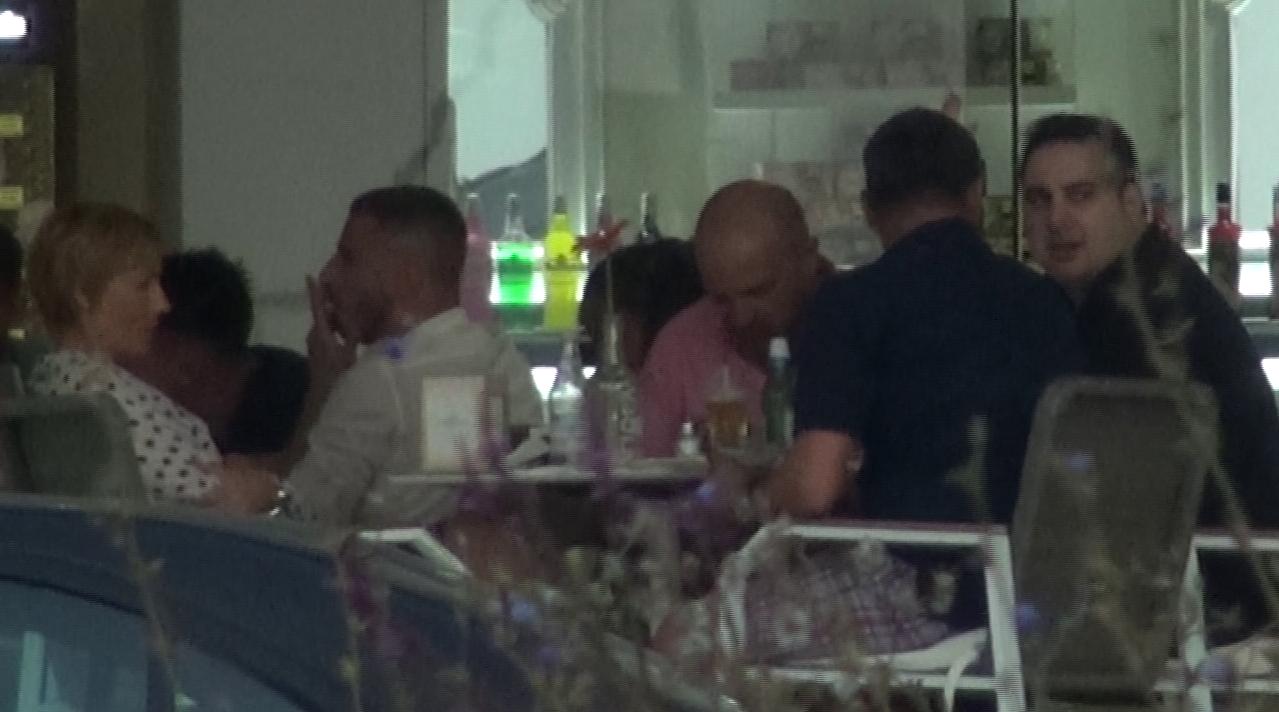 Silviu Andrei serveste masa impreuna cu Dan Capatos si sotia acestuia