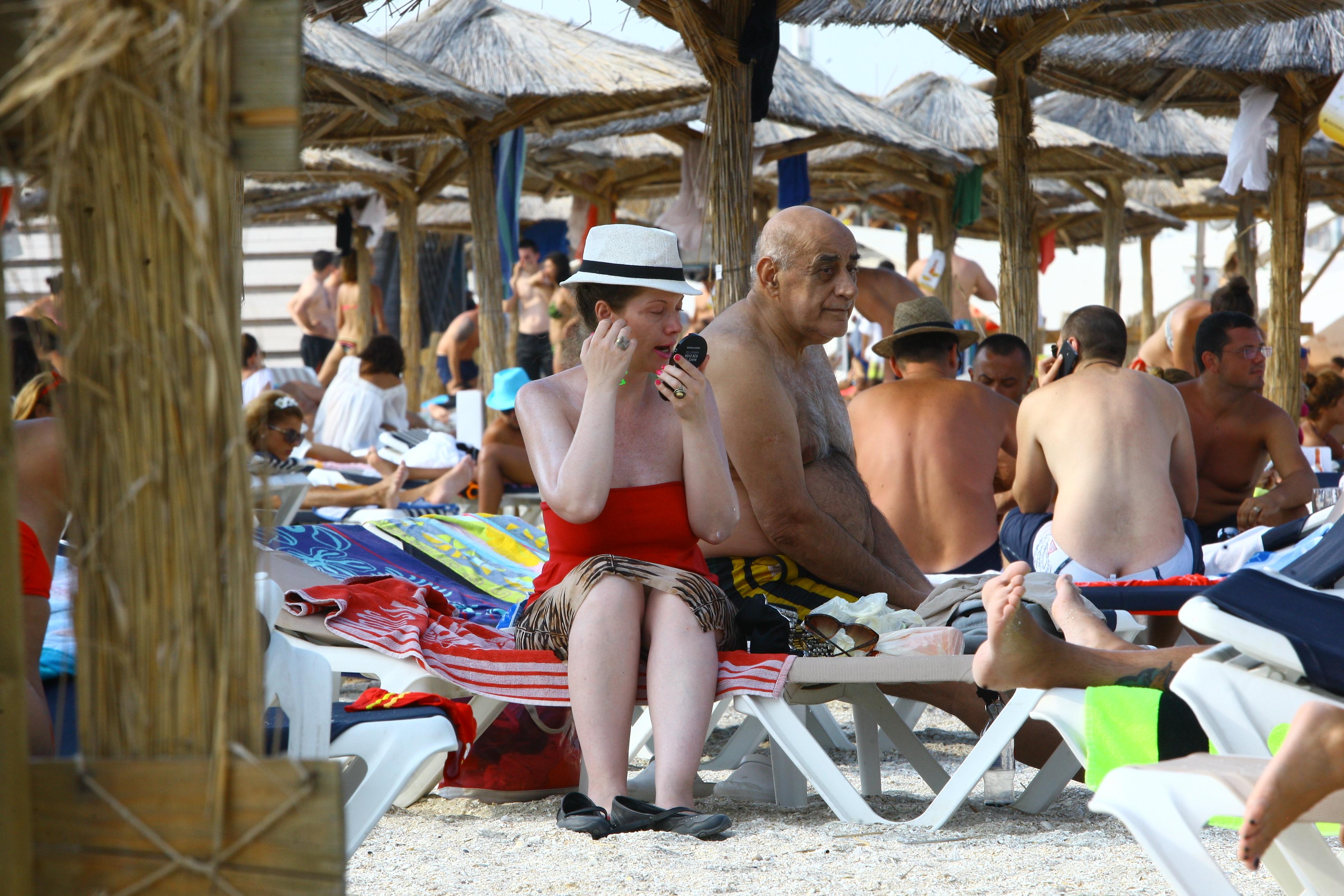 Oana nu se dezbraca in costum de baie, insa foloseste creme cu protectie solara
