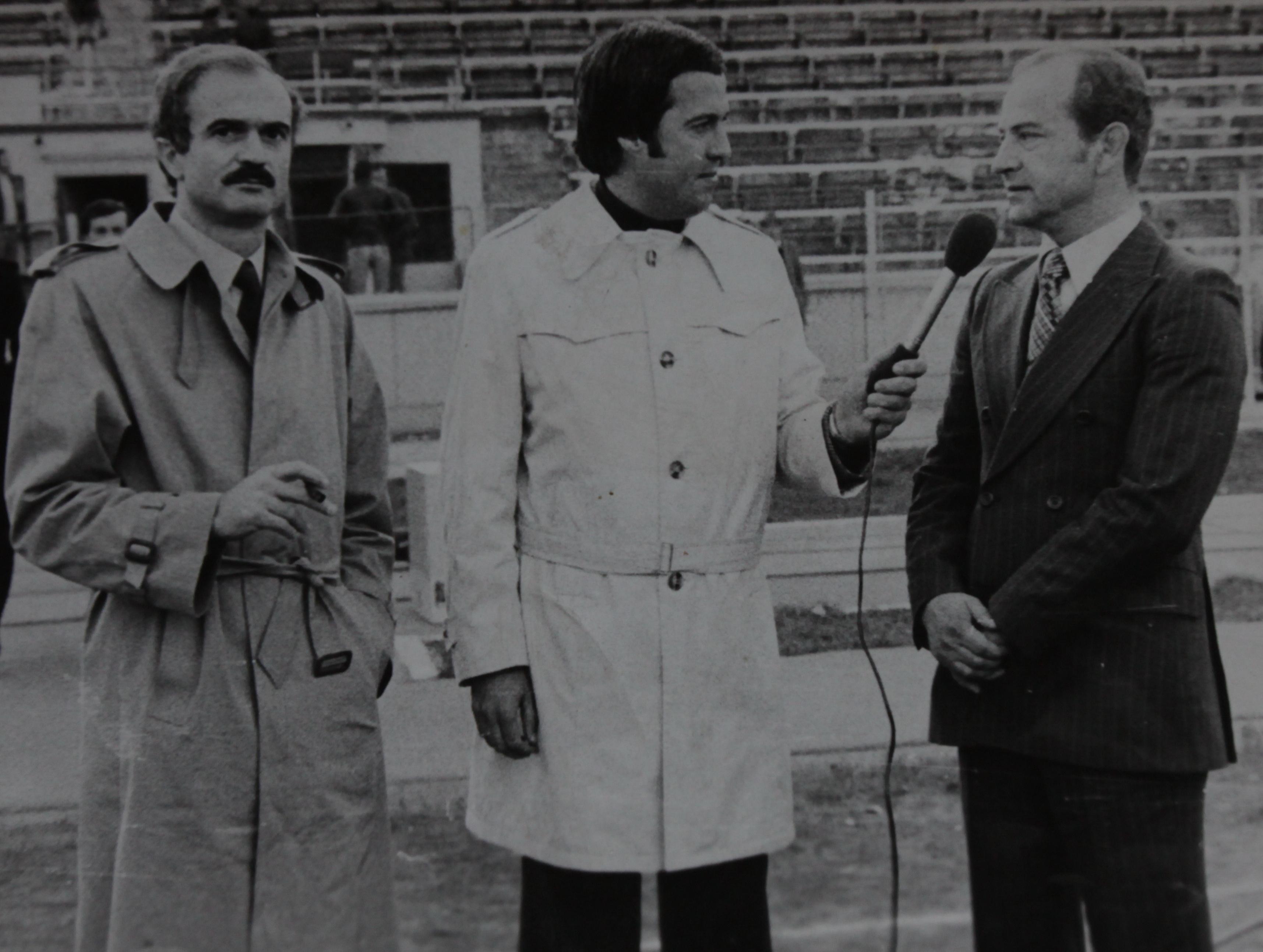 Vasile Anghel ofera un interviu dupa victoria lui Dinamo in fata lui Inter MIlano (1981). Langa el este marele Sandro Mazzola