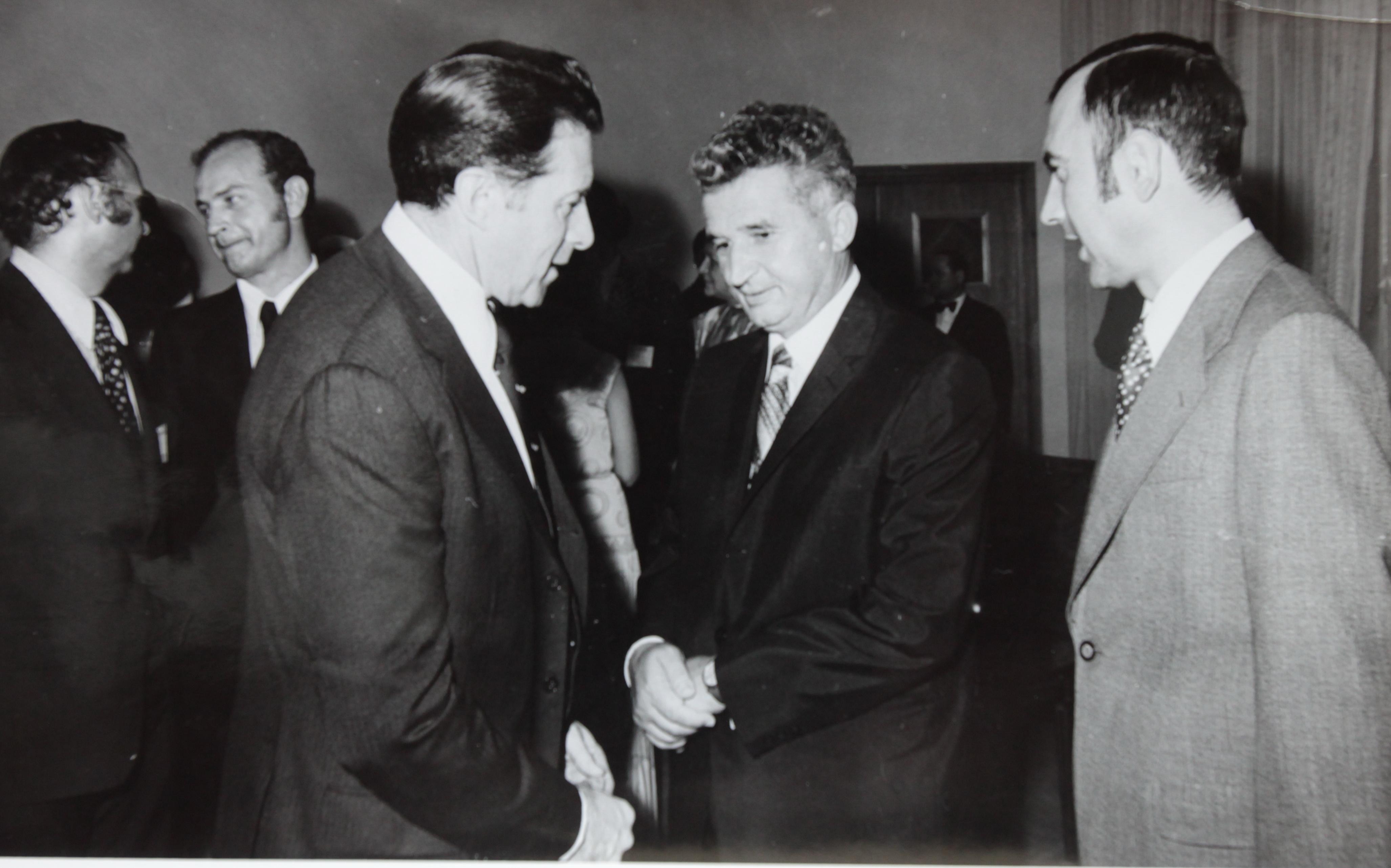 Vasile Anghel, in plan departat, la o intalnire intre o delegatie din America si Nicolae Ceausescu