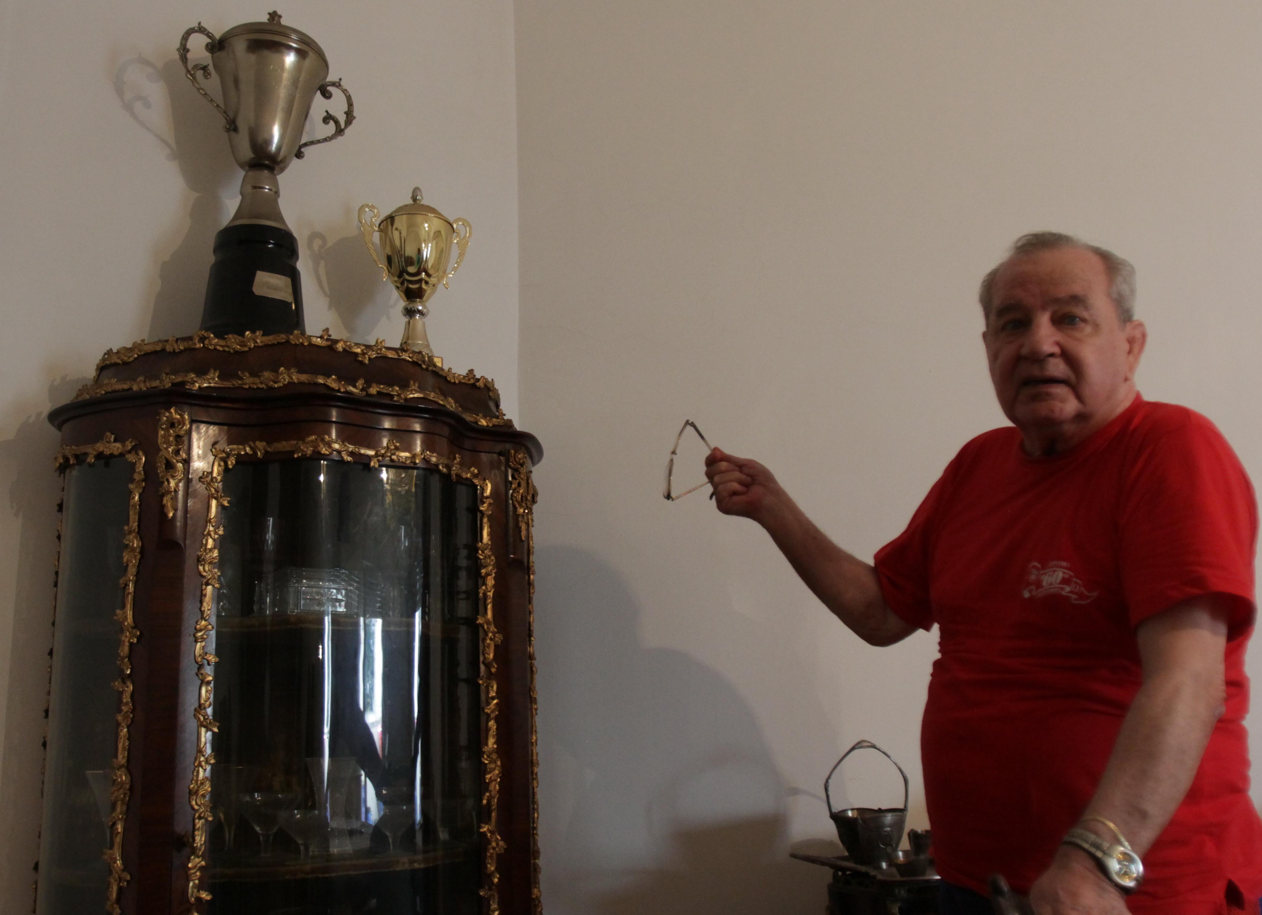 Vasile Anghel si unele dintre trofeele cucerite la Dinamo