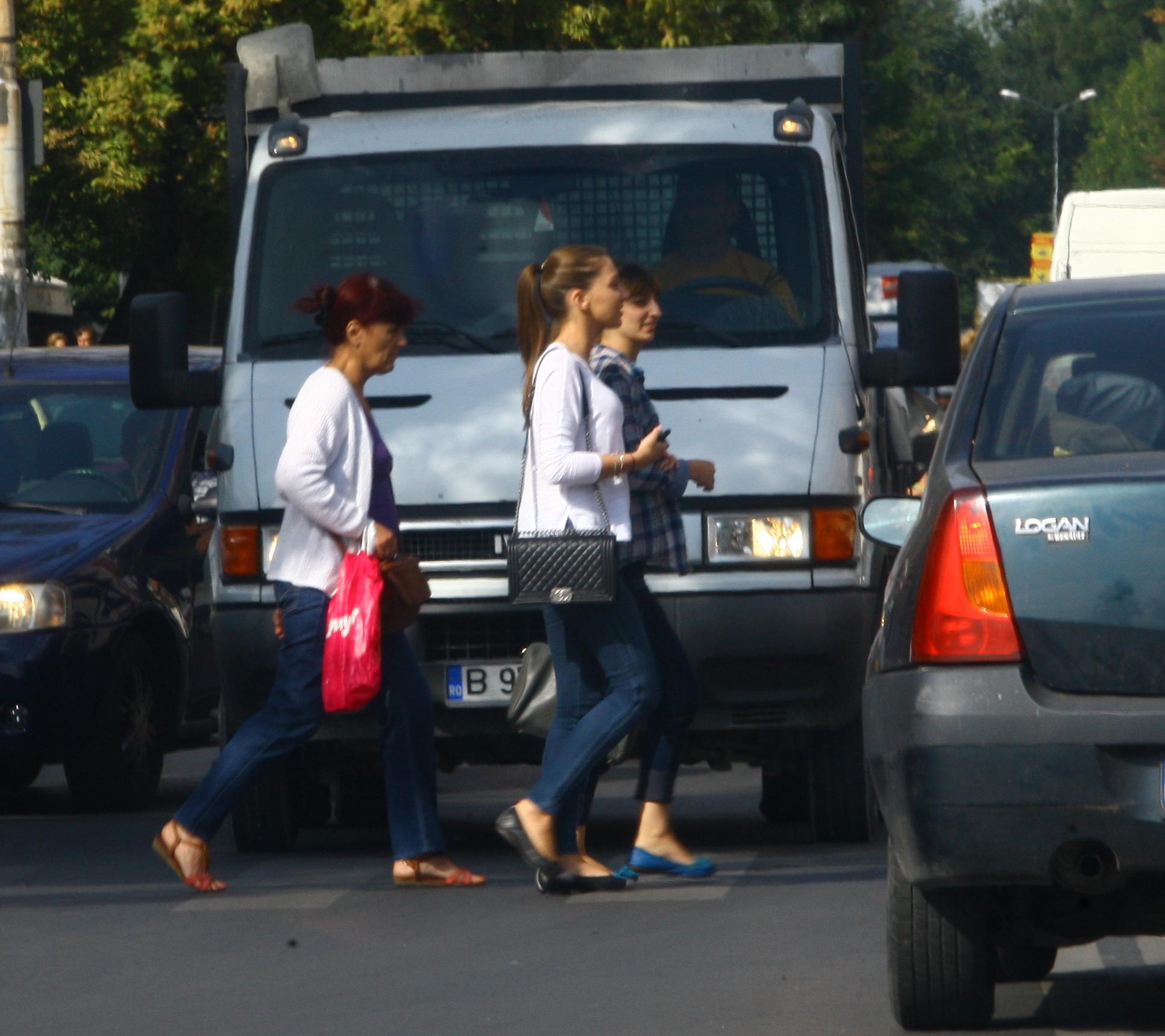 Fiica lui Gigi Becali a iesit de la ore si se indreapta spre masina care o asteapta in apropiere