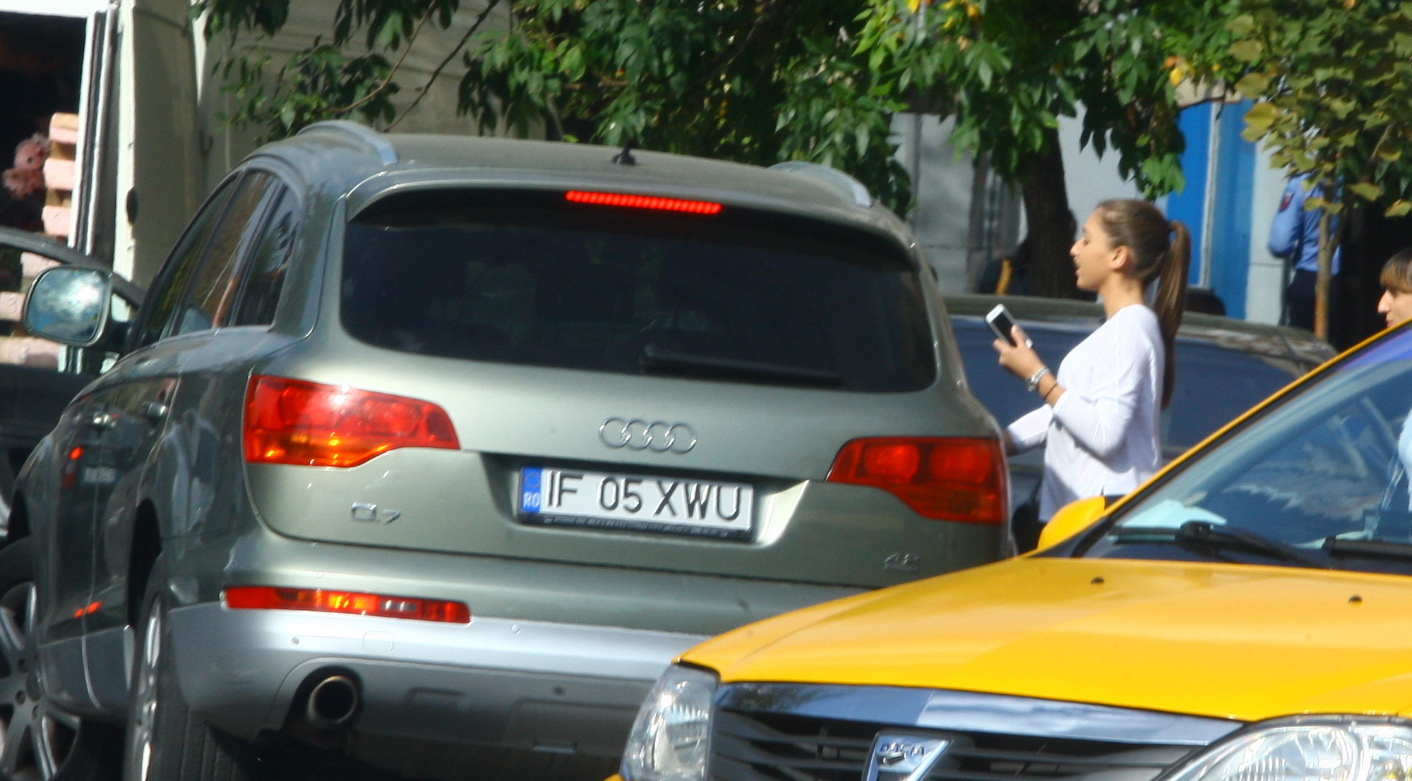 Fata a ajuns la masina si se urca linistita in automobil