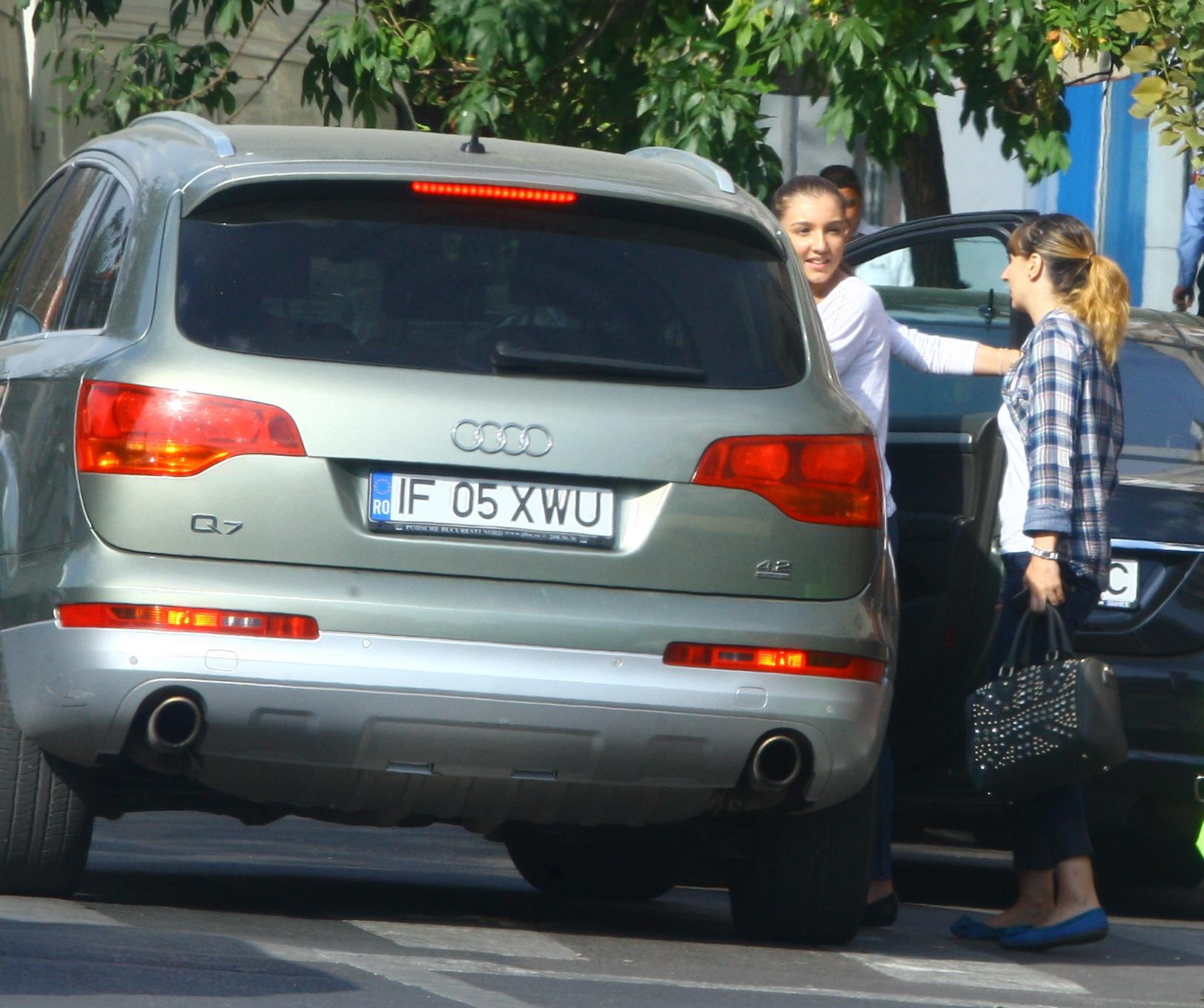 Fata lui Gigi Becali isi saluta prietena si se urca in masina