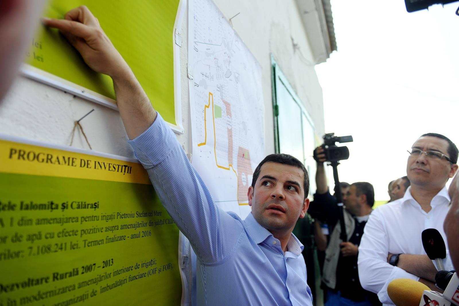 Daniel Constantin ii da votul sau lui Victor Ponta. Aici, Ministrul Agriculturii se afla in teren alaturi de primul ministru