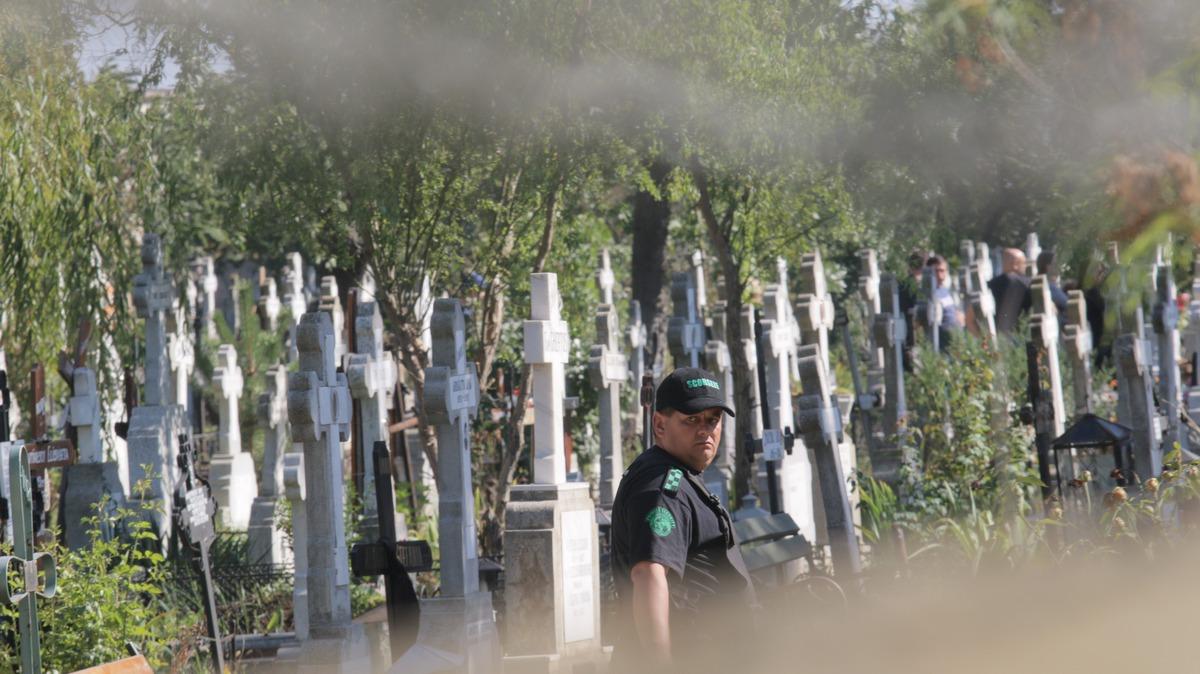 Paznicii au oprit presa sa intre in cimitir