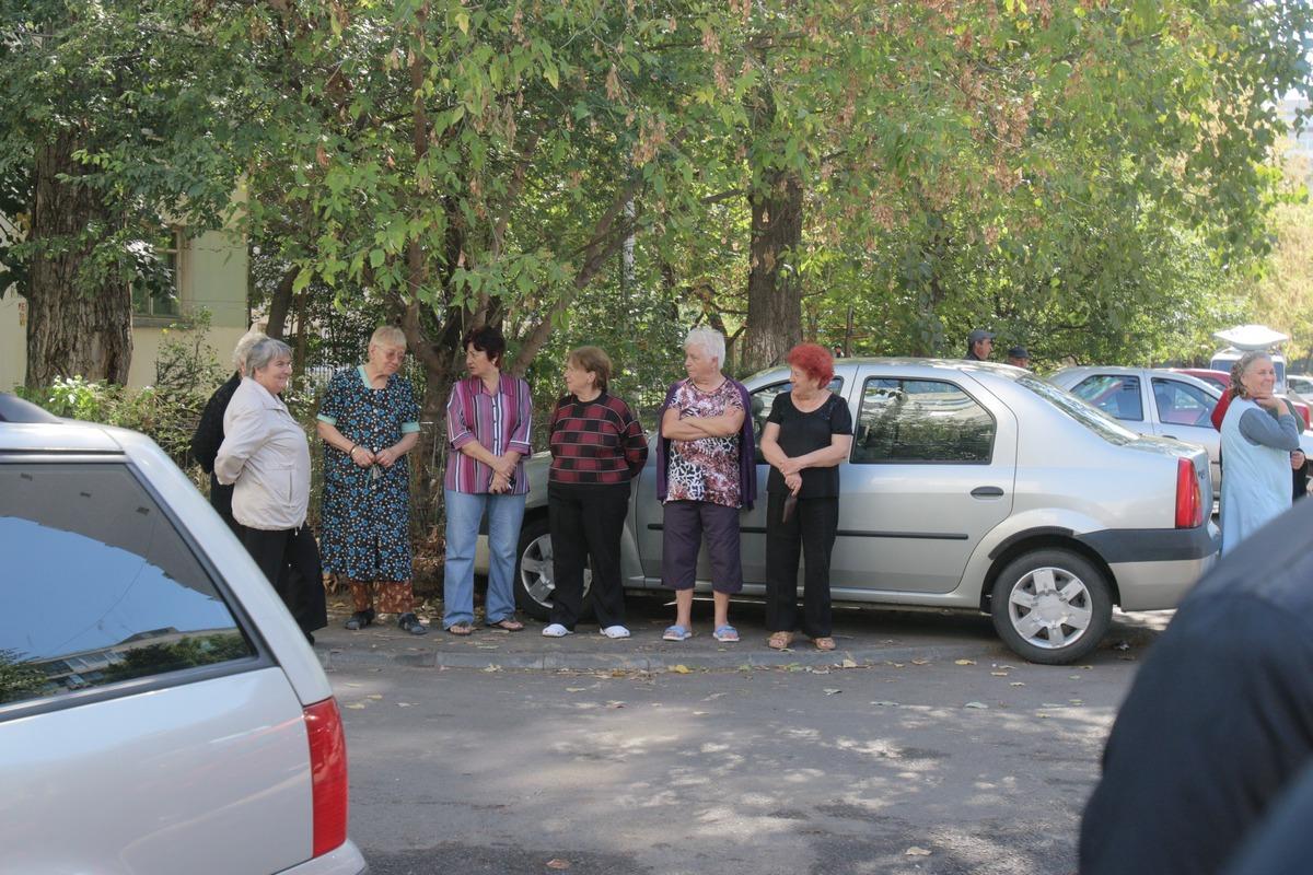 Zeci de curiosi au venit sa vada ce se intampla la biserica