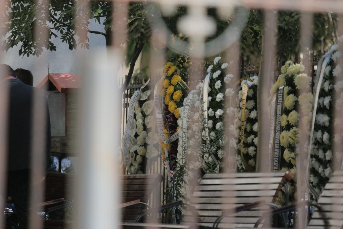 Zeci de coroane de flori au umplut curtea bisericii din zona Trapezului din Capitala