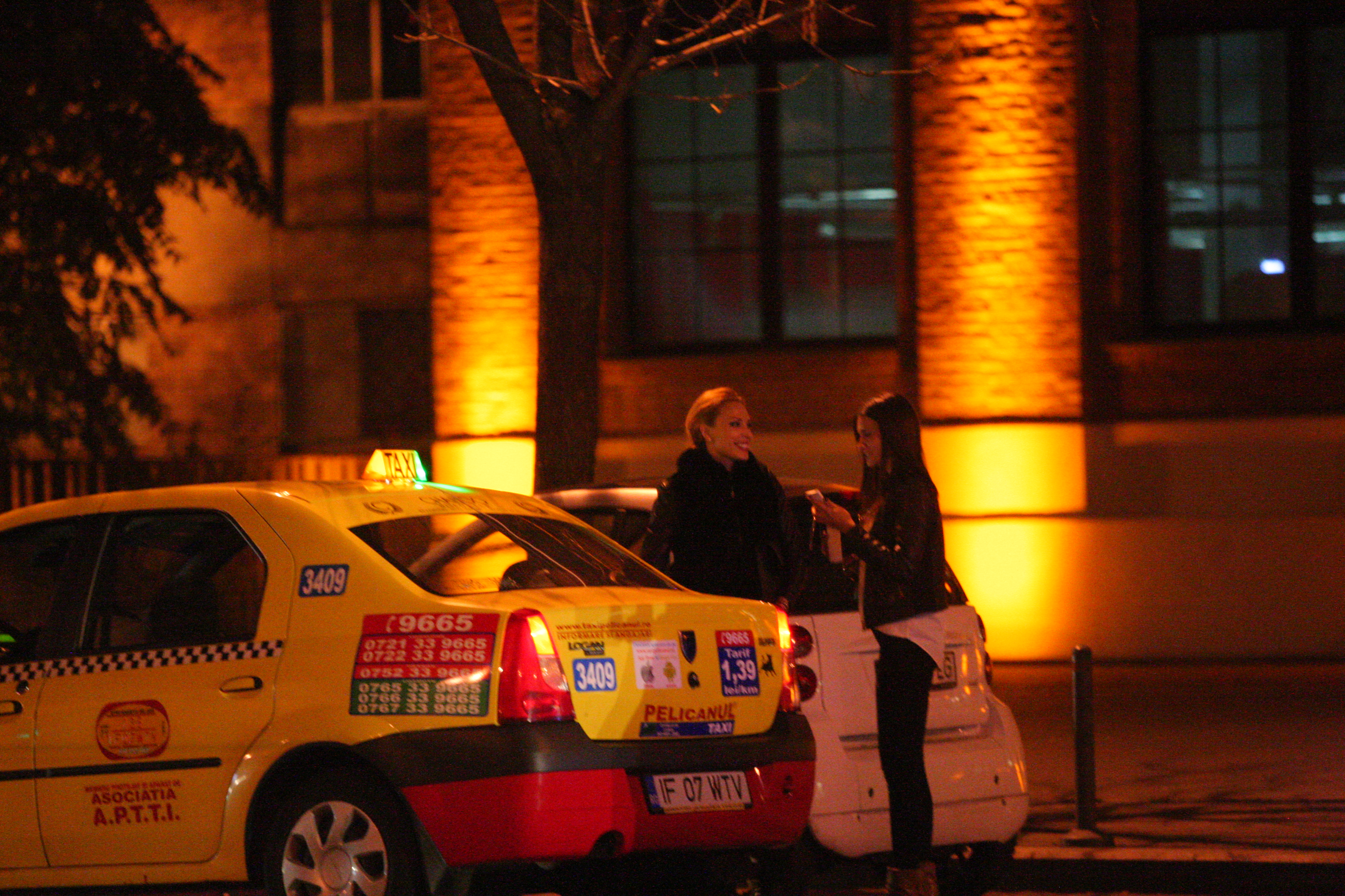 Iulia se amuza de tariful pe care il impune taximetristul
