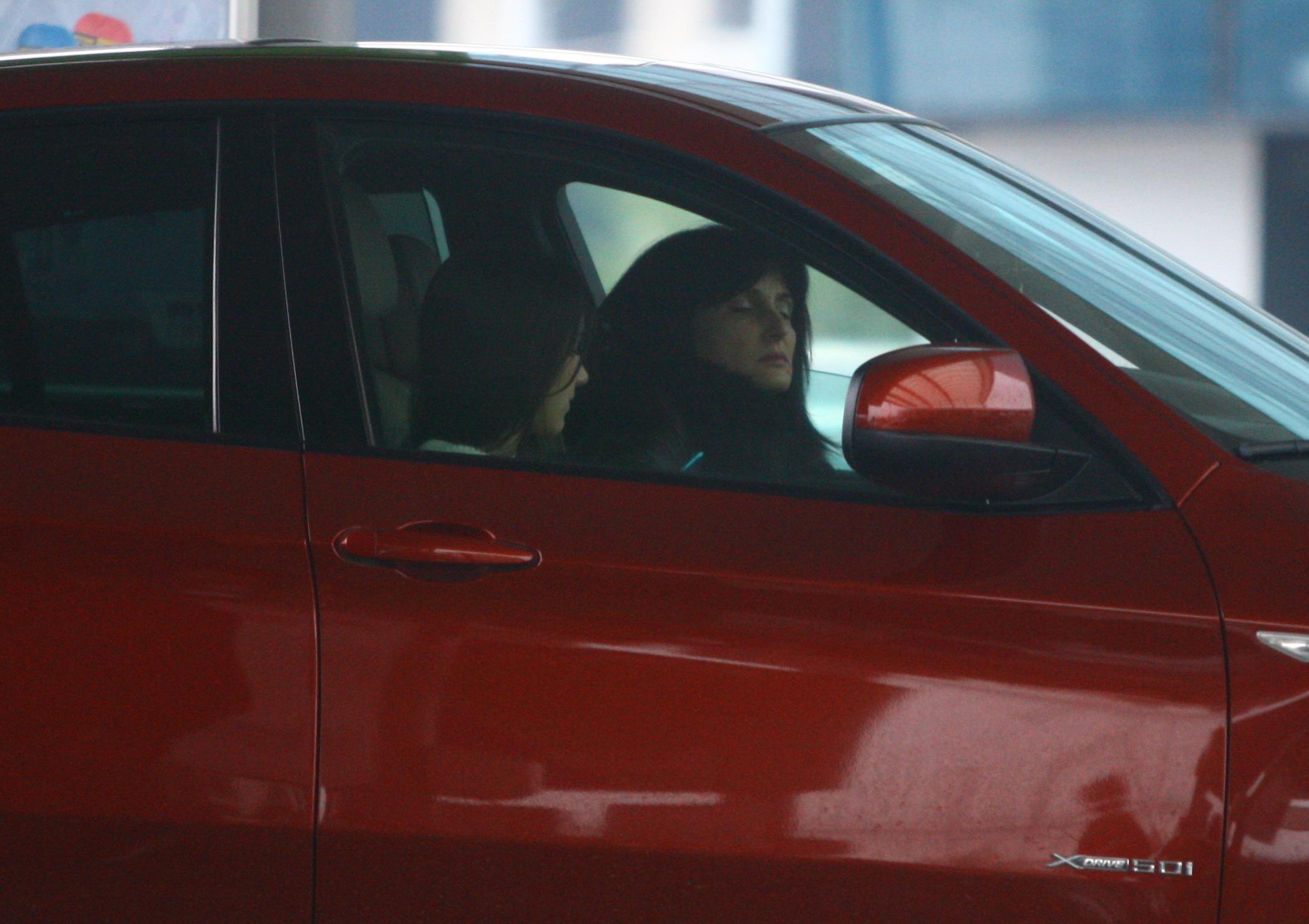 Cristina si Luminita Becali asteapta linistite ca masina sa fie alimentata