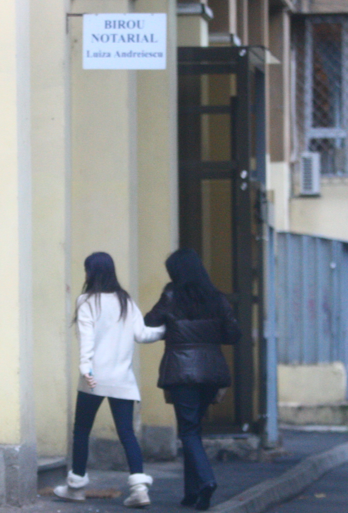Sotia lui Gigi Becali si fata cea mica au intrat grabite intr-un birou notarial