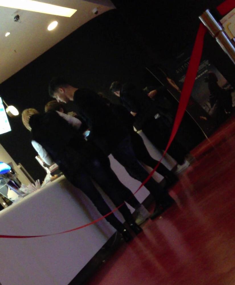 Matei si iubita lui es indreapta spre sala de cinematograf