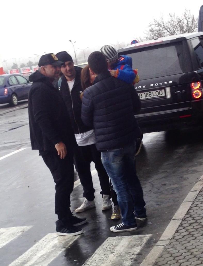 Tehncianul s-a intretinut cateva minute cu cei care au venit sa-l astepte la aeroport