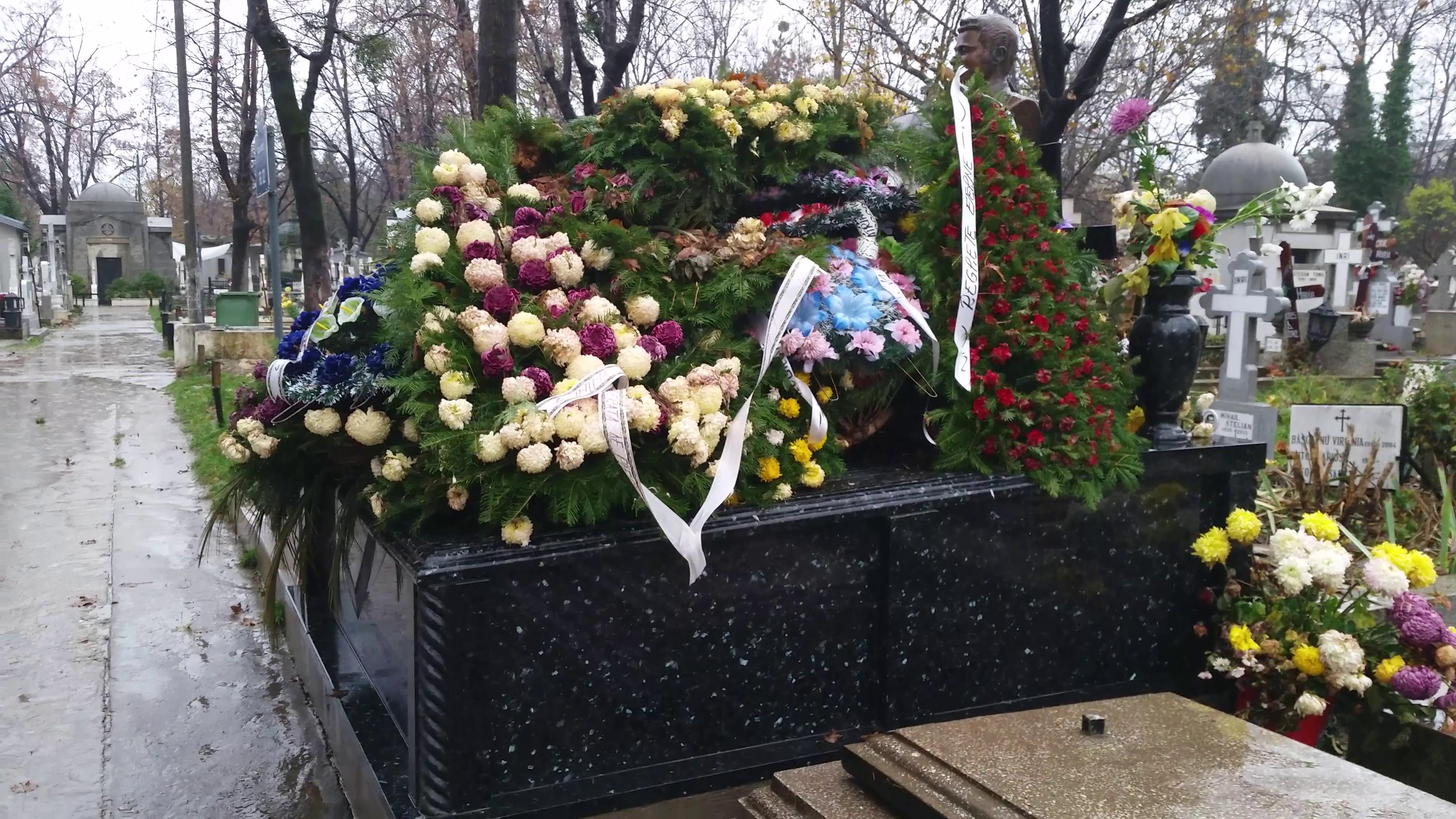Mormantul unde isi doarme somnul cel de veci Ion Dolanescu si mama acestuia, Didina, a ramas neschimbat de la inmormantarea femeii