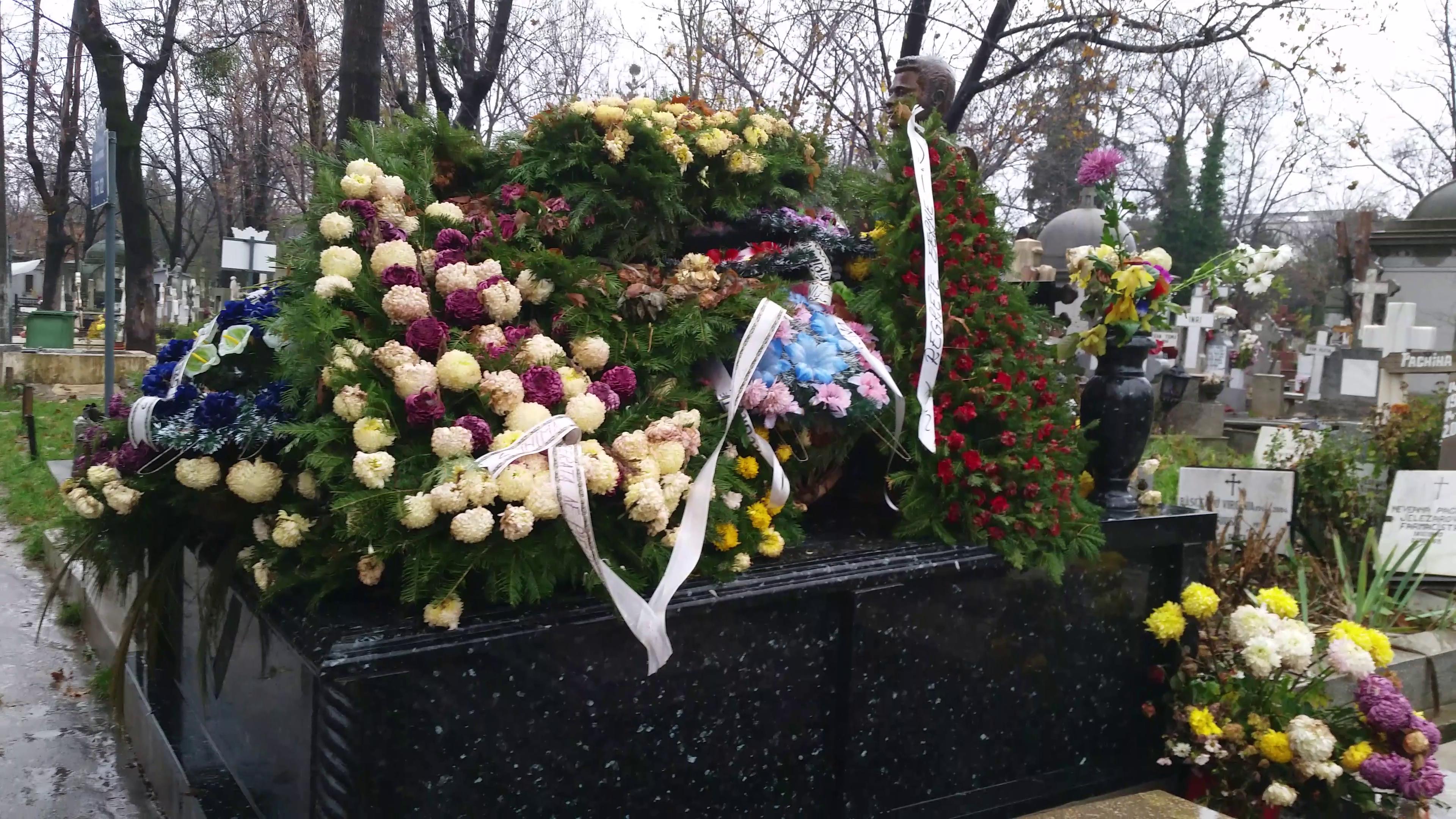 Zecile de coroane de flori au fost puse gramada pe mormantul celor doi
