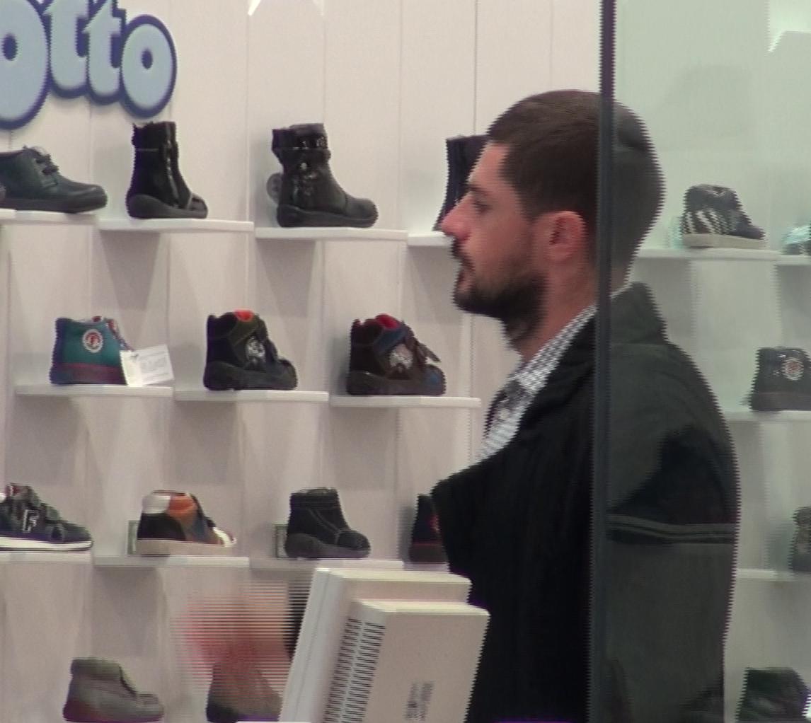 Cocis s-a uitat minute in sir la pantofi pentru copiii lui