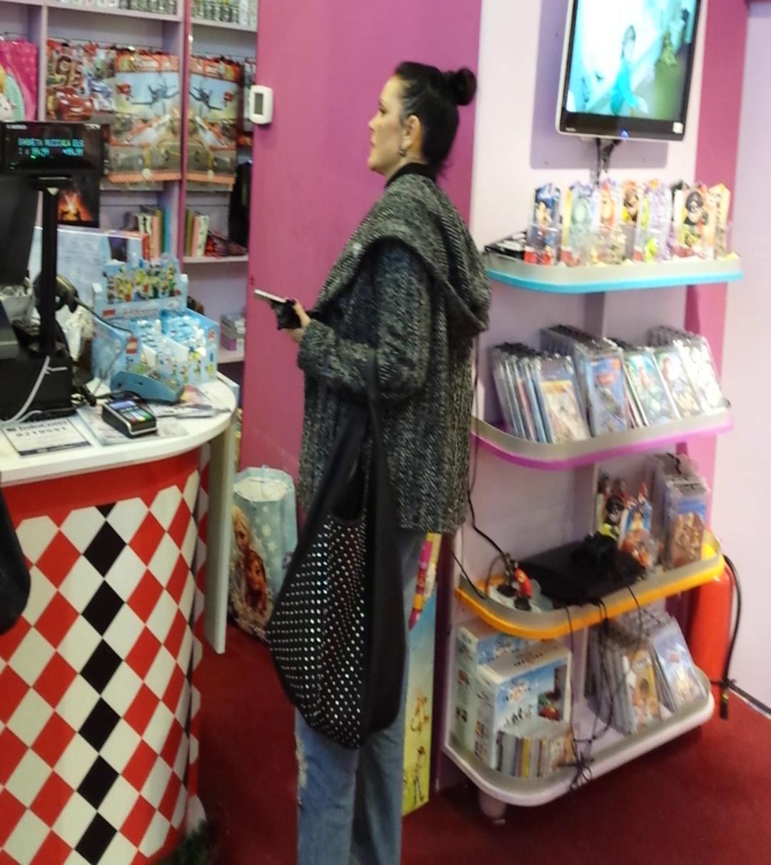 Manuela Fedorca studiaza oferta magazinului