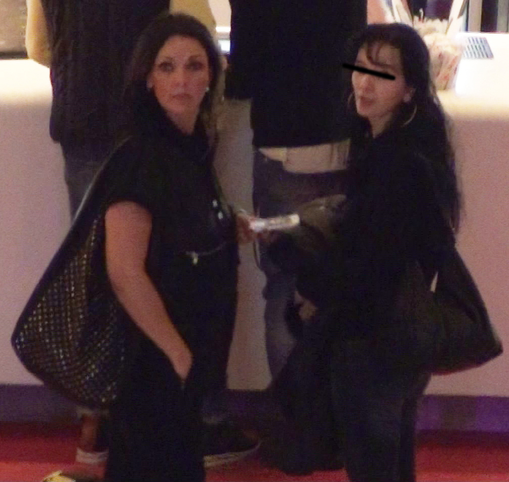 Manuela si prietena ei si-au cumparat bilete la film