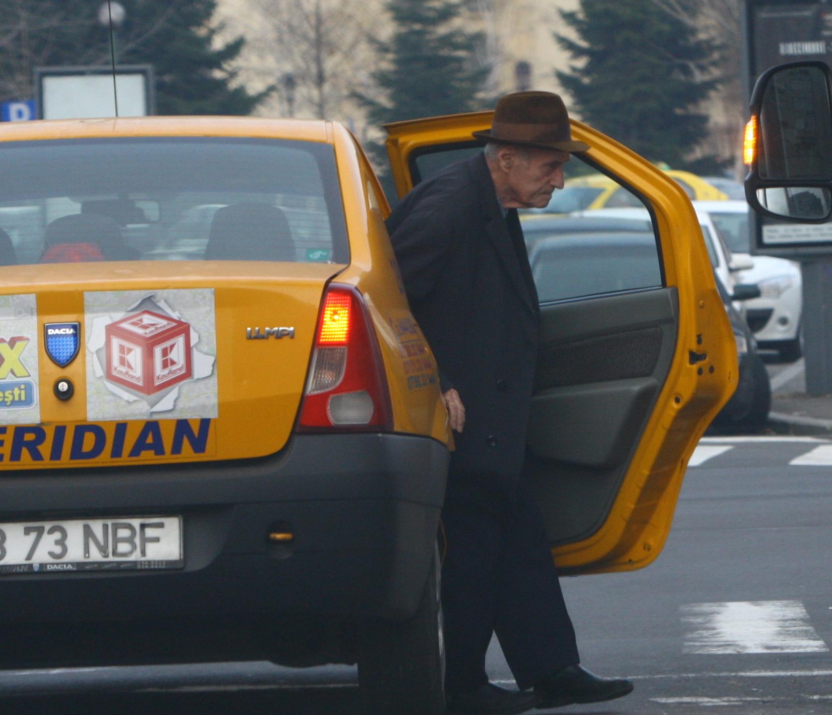 Alexandru Visinescu a coborat din taxi. Acesta a fost insotit de un apropiat