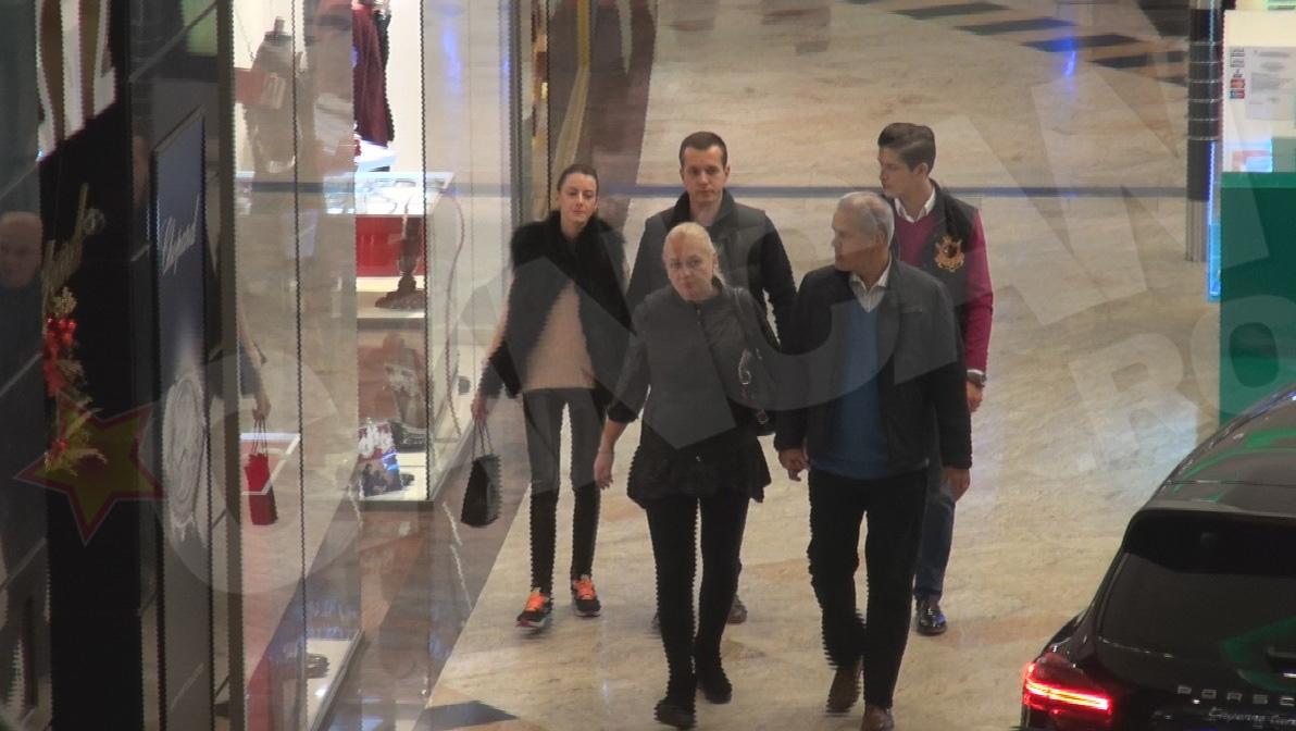 Familia Natase s-a relaxat la mall. Andrei, fiul cel mare al fostului politician, a venit impreuna cu iubita sa