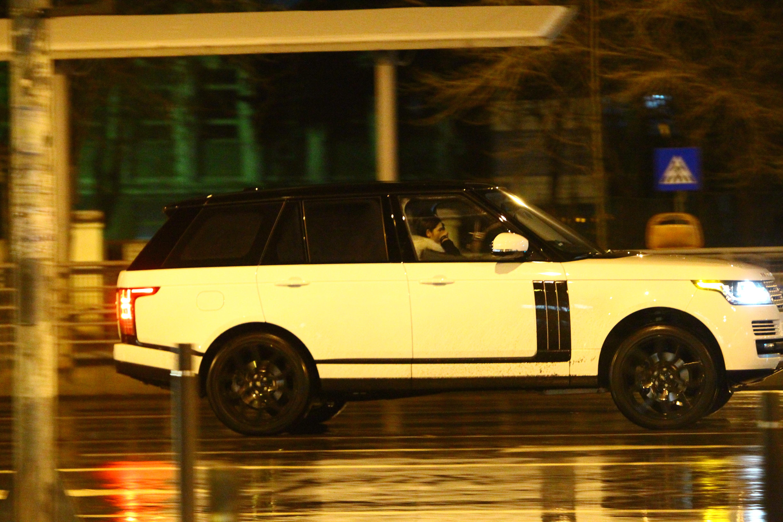 Cei doi pleaca singuri in masina, urmati de oamenii de incredere ai cantaretului