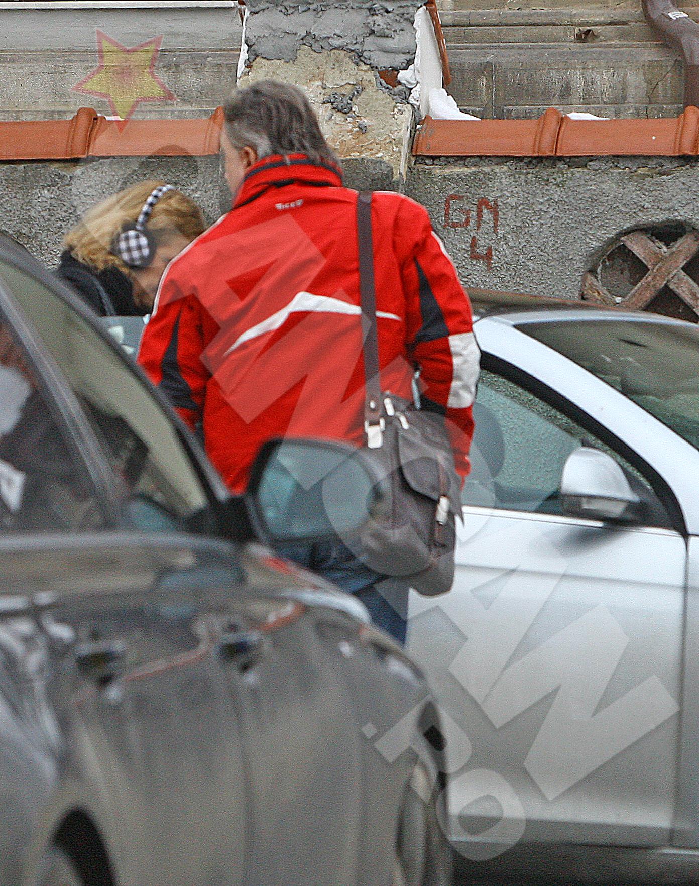 Sotul e galant cu Raluca Moianu si i-a deschis portiera