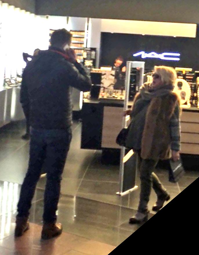 Cat timp Mirabela si-a cumparat cosmetice, barbatul a asteptat-o in fata magazinului