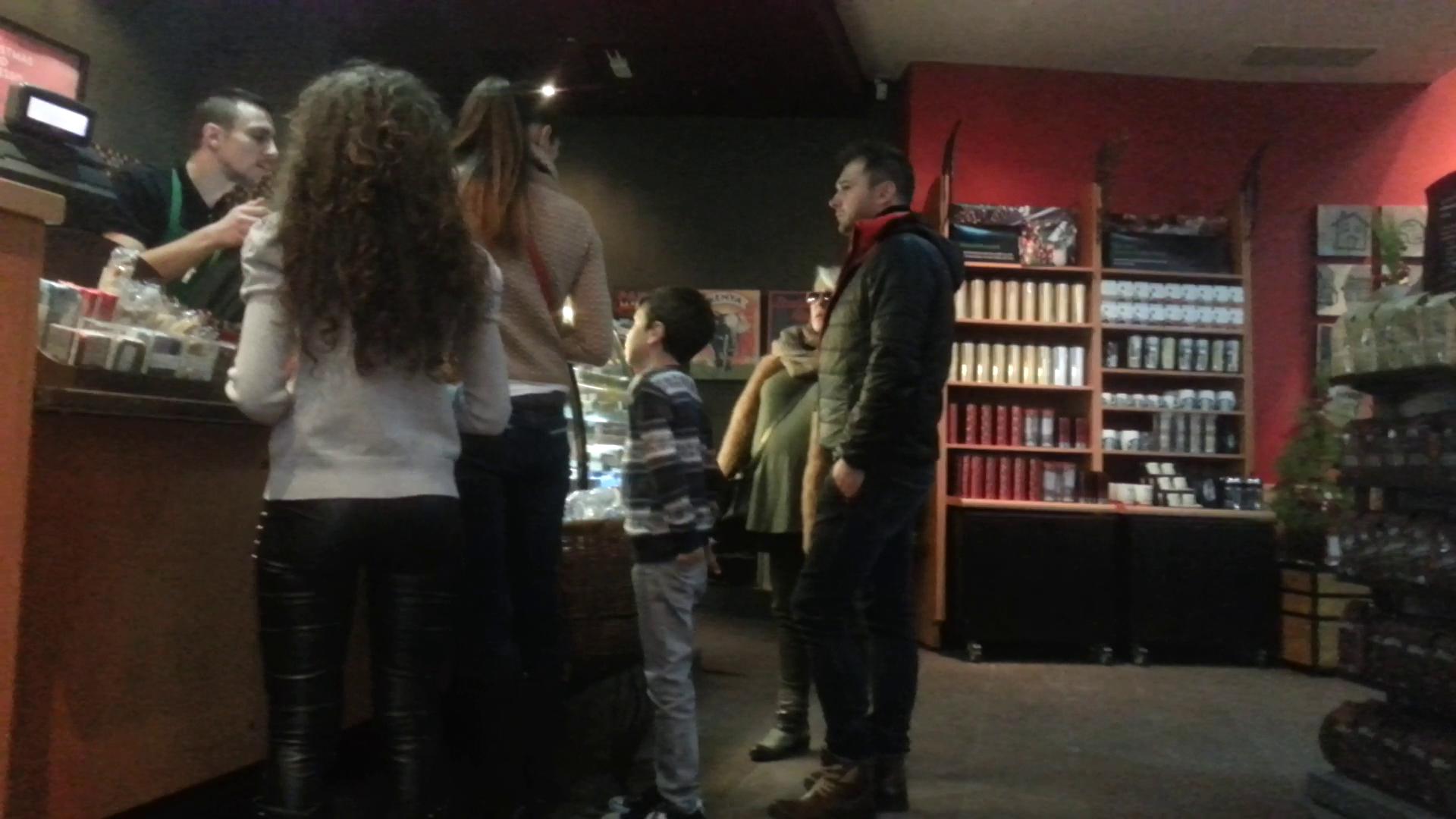 Cantareta si partenerul ei s-au oprit la o cafenea