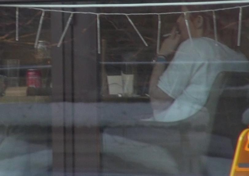 Dupa o masa gustoasa o tigara...nesanatoasa! Sotia lui raul Rusescu a fumat dupa ce a terminat de mancat!