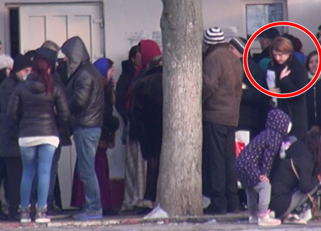 Sotia lui Gica Popescu si-a asteptat randul constiincioasa, in multimea de vizitatori nerabdatori