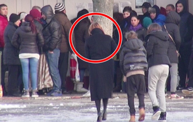 Toti cei aflati la rand au privit cum sotia lui Gica Popescu si cei doi copii intra in sectorul de vizite
