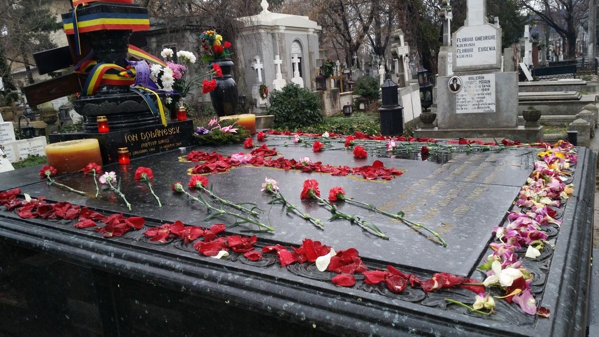 La mormantul marelui maestrul al muzicii lautaresti, Ion Dolanescu, erau luni doar doua candele aprinse