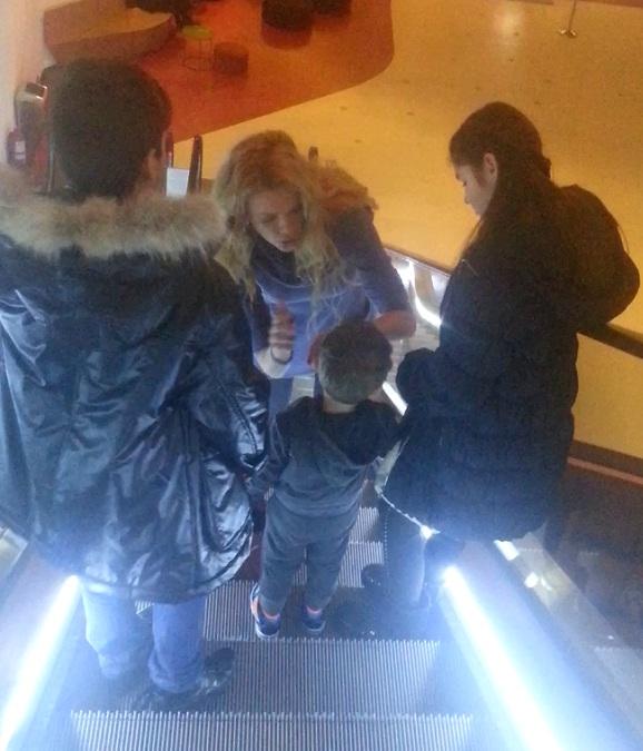 Alina si-a scos fiul, dar si pe gemenii sotului, la film