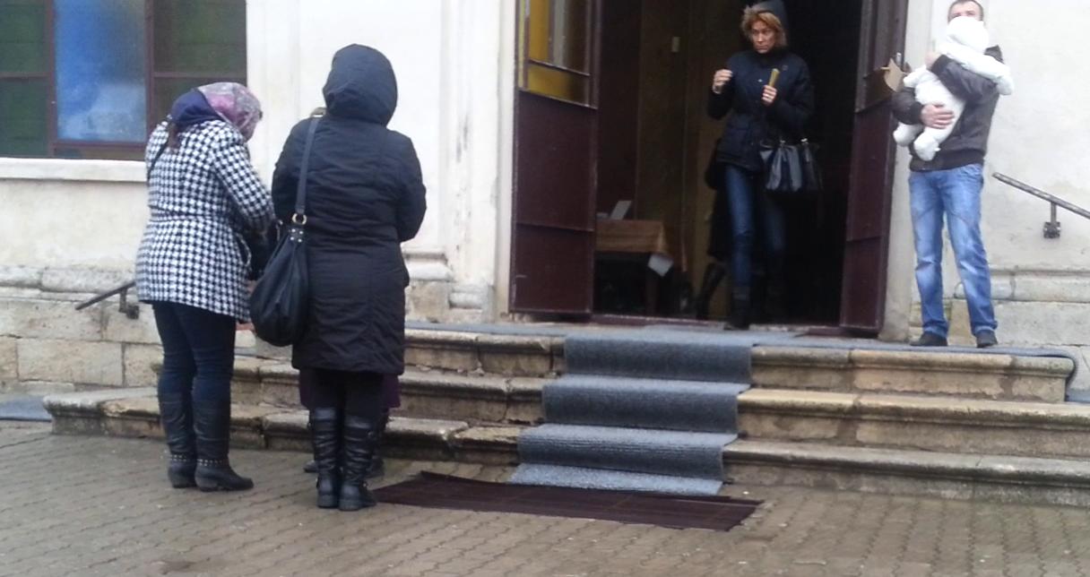 Roxana iese prima din Manastire si se indreapta spre locul unde se aprind lumanarile