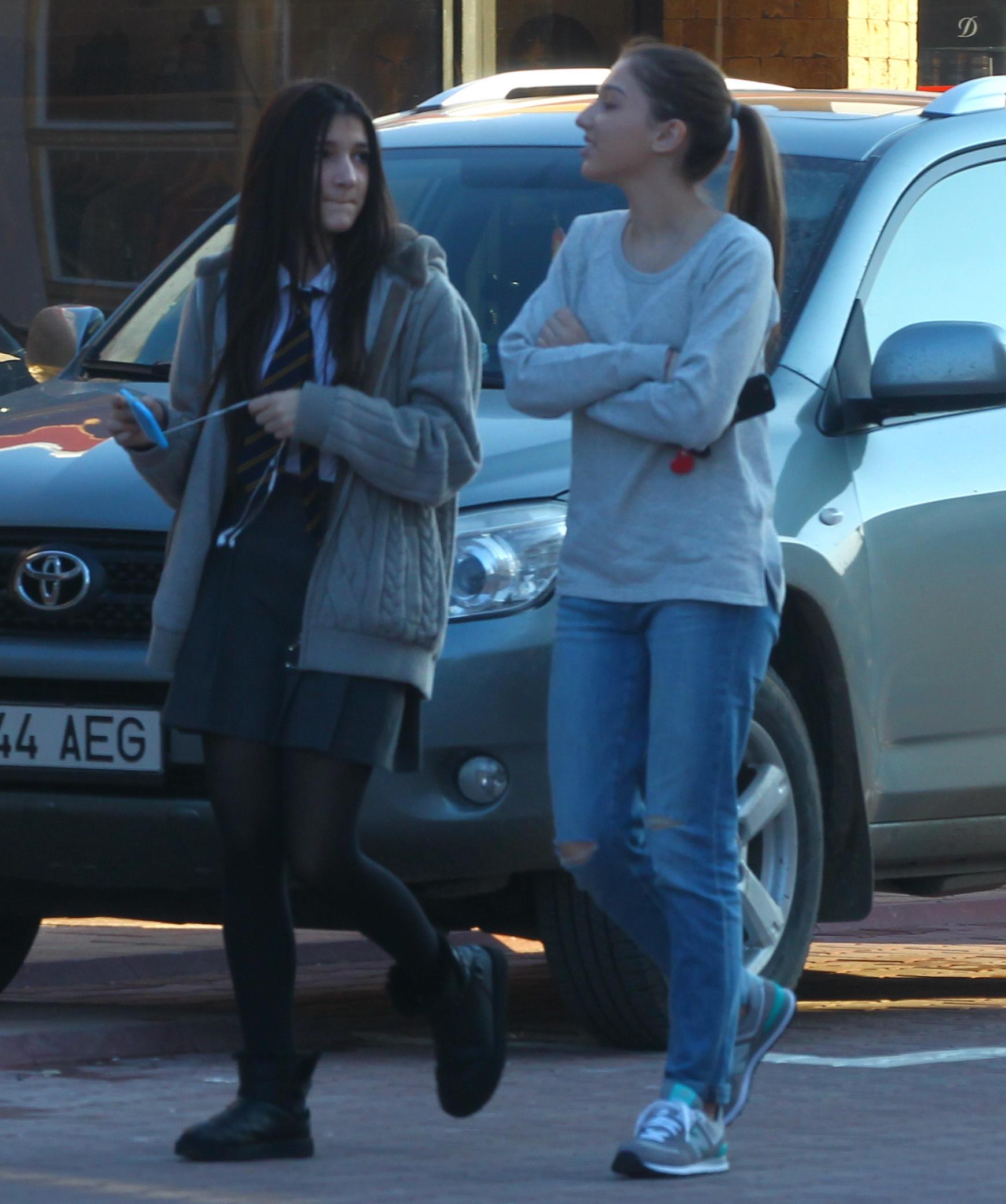Alexandra si Cristina se bucura de o zi calduroasa de iarna