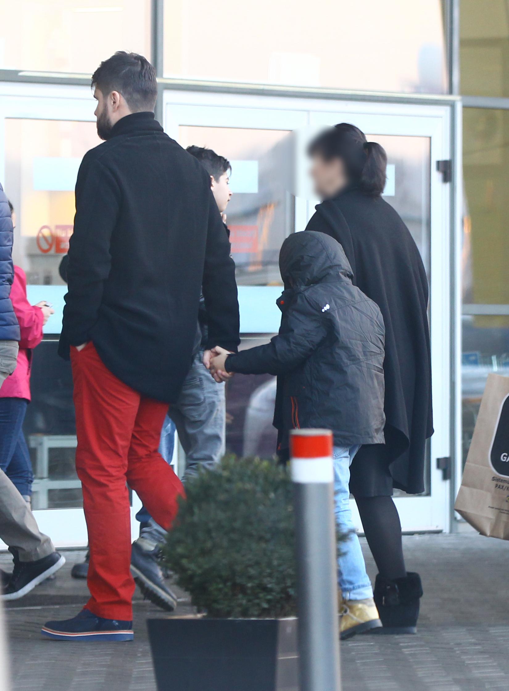 Medicul si-a luat copilul de mana, la intrarea in magazin