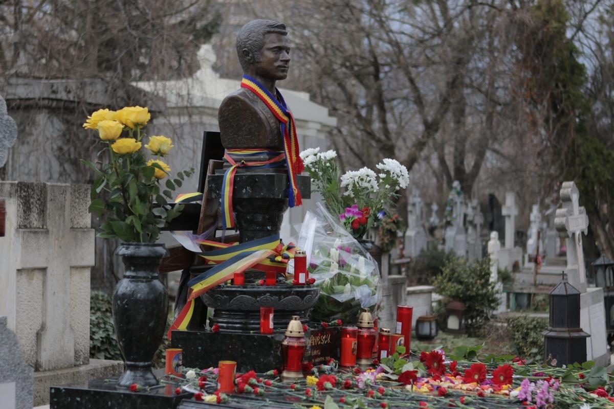 Doar o mana de oameni au venit joi in cimitirul Bellu pentru a comemora sase ani de la disparitia maestrului Ion Dolanescu