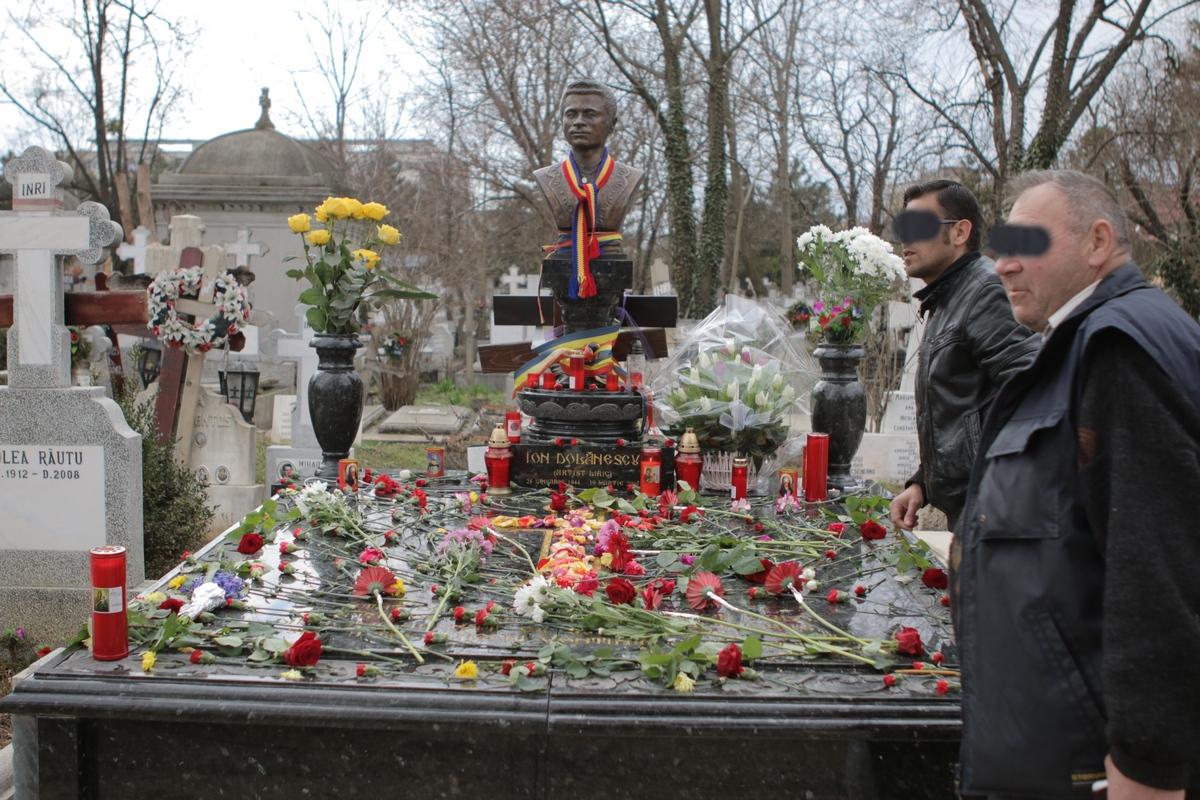 Fanii artistului si prieteni apropiati i-au aprins lumanari si au adus flori proaspete