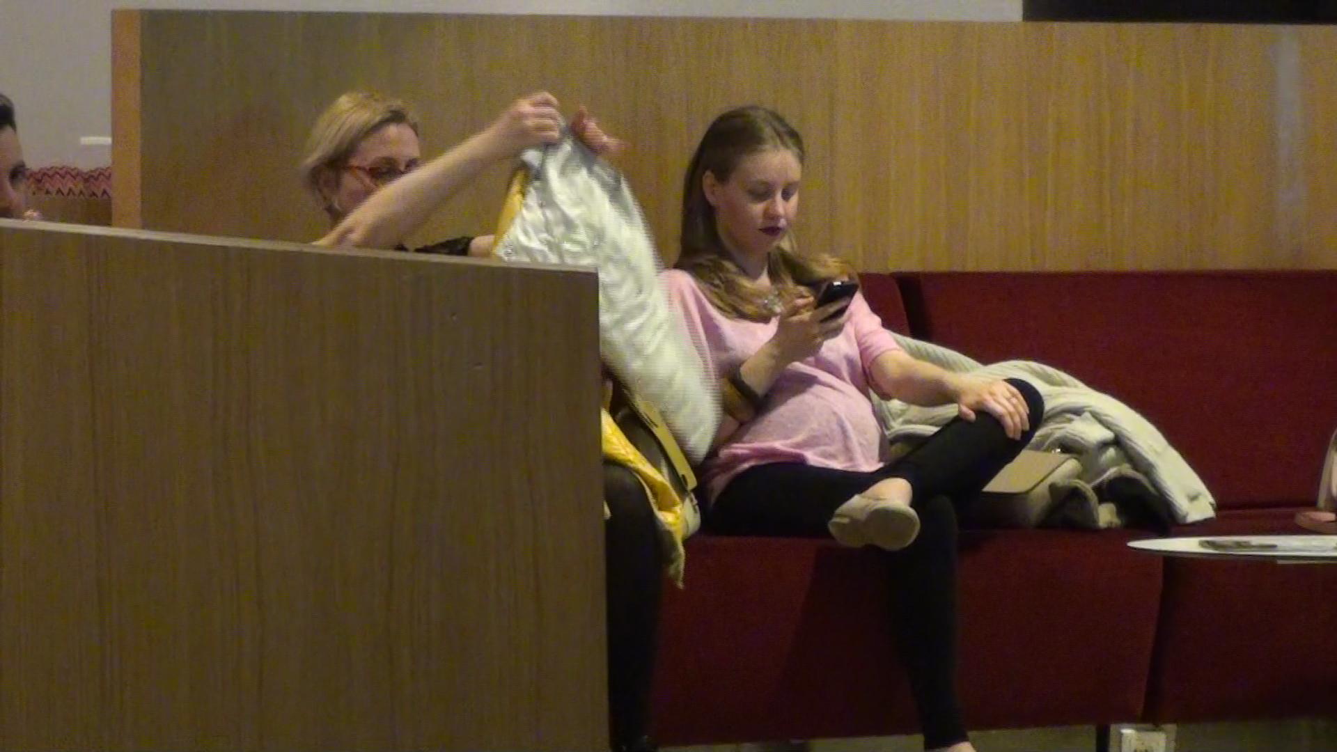 Oana a stat cuminte pe o canapea, timp in care jurnalistul Robert Turcescu s-a dus sa cumpere biletele la film