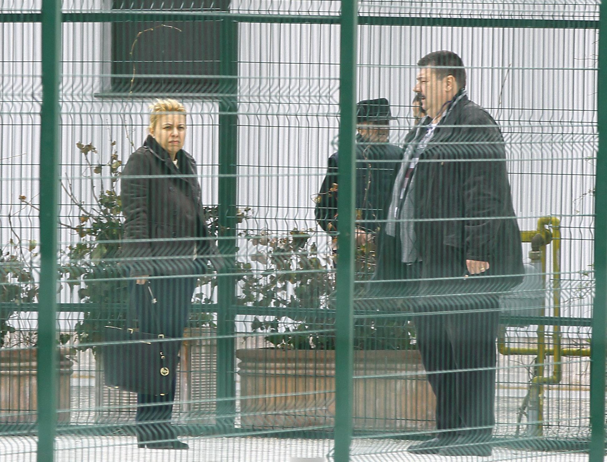Aflata in curtea casei, sotia lui Vasile Avram a discutat cu avocatul