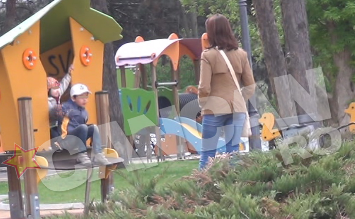 Mihaela si-a scos copiii in parca