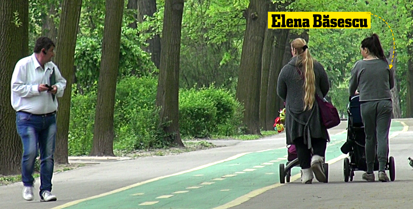 Elena Basescu a trecut pe langa barbatul care s-a intalnit cu tatal sau. Daca acesta s-a intors, EBA a trecut impasibila