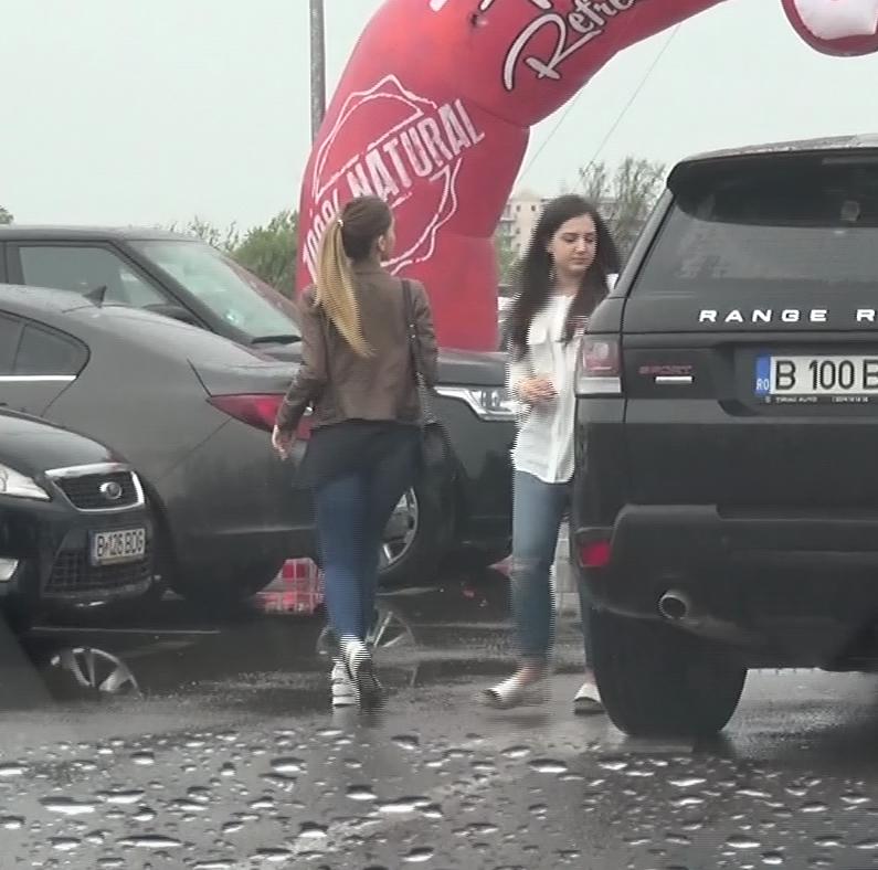 Teodora (dreapta) si Alexandra (stanga) au coborat din masina in fata clubului din Mamaia